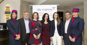 Από αριστερά ο κ. Θεόδωρος Κροκίδας, Πρόεδρος ΔΣ, Sky Express, η κ. Βασιλική Χρηστίδη, Γενική Διευθύντρια Ομίλου AviaReps, η κ. Ιωάννα Παπαδοπούλου, Διευθύντρια Επικοινωνίας & Μάρκετινγκ, Διεθνής Αερολιμένας Αθηνών, η κ. Νίκη Καραγκουλέ - Καραγεώργου, Διευθύνουσα Σύμβουλος, Sky Express και ο κ. Ιωάννης Λιδάκης, Εμπορικός Διευθυντής, Sky Express.
