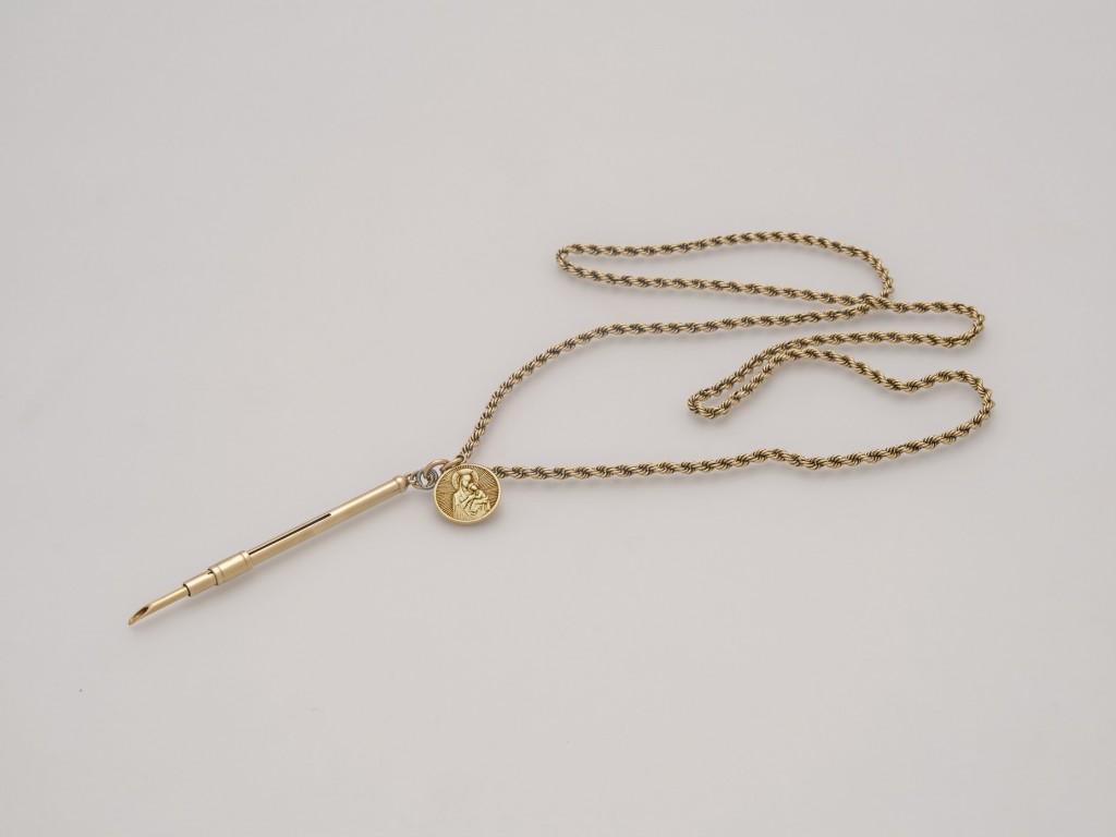 1.Χρυσή καδένα την οποία ο Αριστοτέλης Ωνάσης είχε διαρκώς περασμένη στον λαιμό του, όπου επικρέμονταν χρυσό μενταγιόν με την Παναγία και χρυσός κόφτης πούρων, δώρα της Κάλλας προς αυτόν.