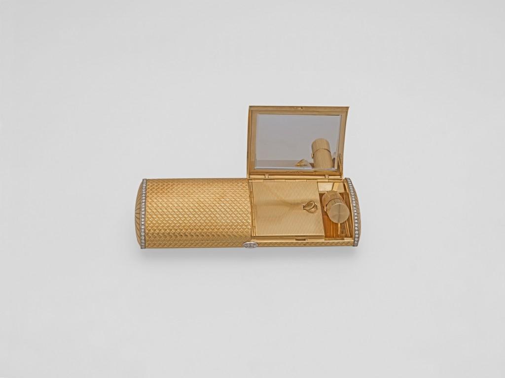2Χρυσή τσάντα «Bulgari» µε διαµάντια, της δεκαετίας του '50. Λόγω της παλαιότητάς του σχεδίου της, φέρει το παραδοσιακό λογότυπο του οίκου, γραµµένο µε 'U', αντί του νεότερου 'V'. Στο εσωτερικό της, έχει χρυσό κραγιόν και πουδριέρα.