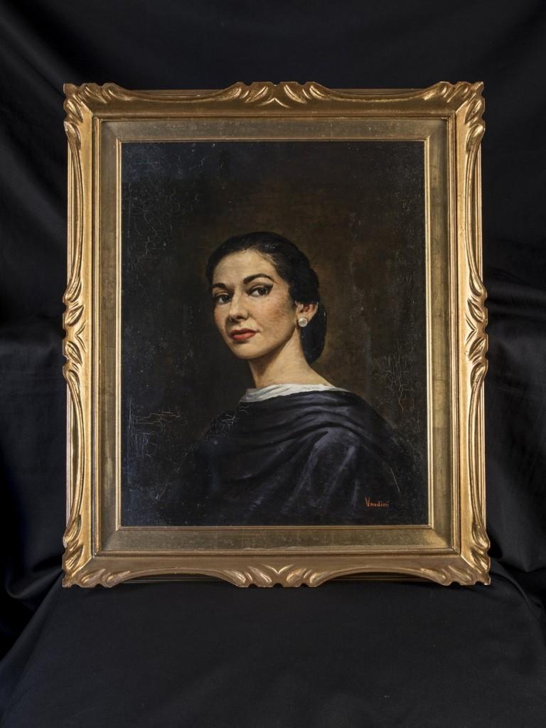 Πορτραίτο ελαιογραφία της Κάλλας, από τον ιταλό ζωγράφο Vandini, βασισμένο σε φωτογραφικό πορτραίτο της. Ο πίνακας αυτός αποτελεί το πρώτο πορτραίτο – από τα 7-8 που διέθετε η Κάλλας– και κοσμούσε, τόσο το σπίτι της στο Μιλάνο, όσο και τα επόμενα. Συνοδεύεται από καλλιτεχνική φωτογραφία της Κάλλας στην οποία πιθανότατα βασίστηκε ο ζωγράφος που το φιλοτέχνησε.