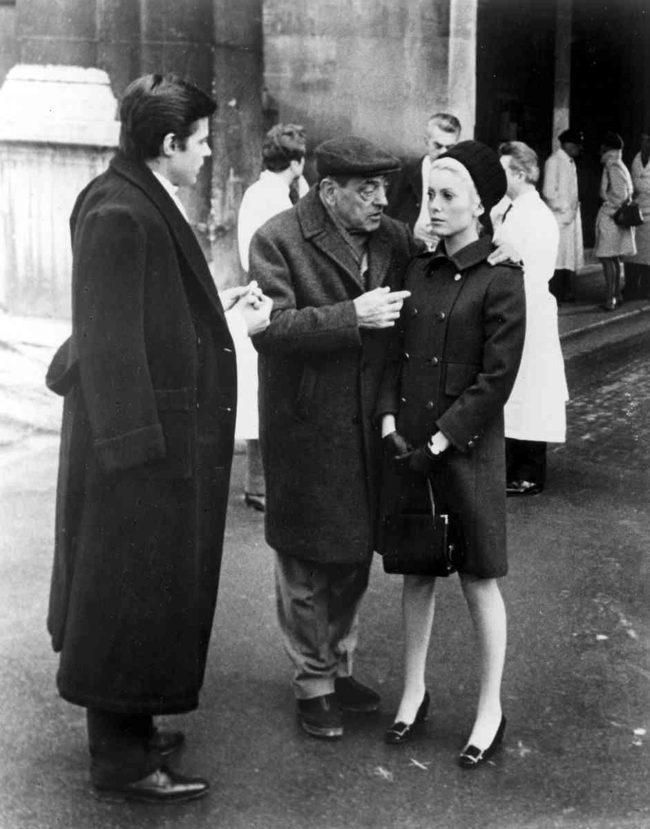 H Catherine Deneuve με τις γόβες του Roger Vivier