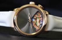 Jacob & Co. το ρολόι Caligula 8, μοντέλο του 2013. Κάθε σκηνή των 69 ρολογιών αυτής της περιορισμένης έκδοσης έχει ζωγραφιστεί στο χέρι και διακοσμηθεί από τον André Martinez και η τιμή αντανακλά τον περιορισμένο αριθμό ρολογιών με το διαμαντένιο μοντέλο να αγγίζει την τιμή των $1.600.000!