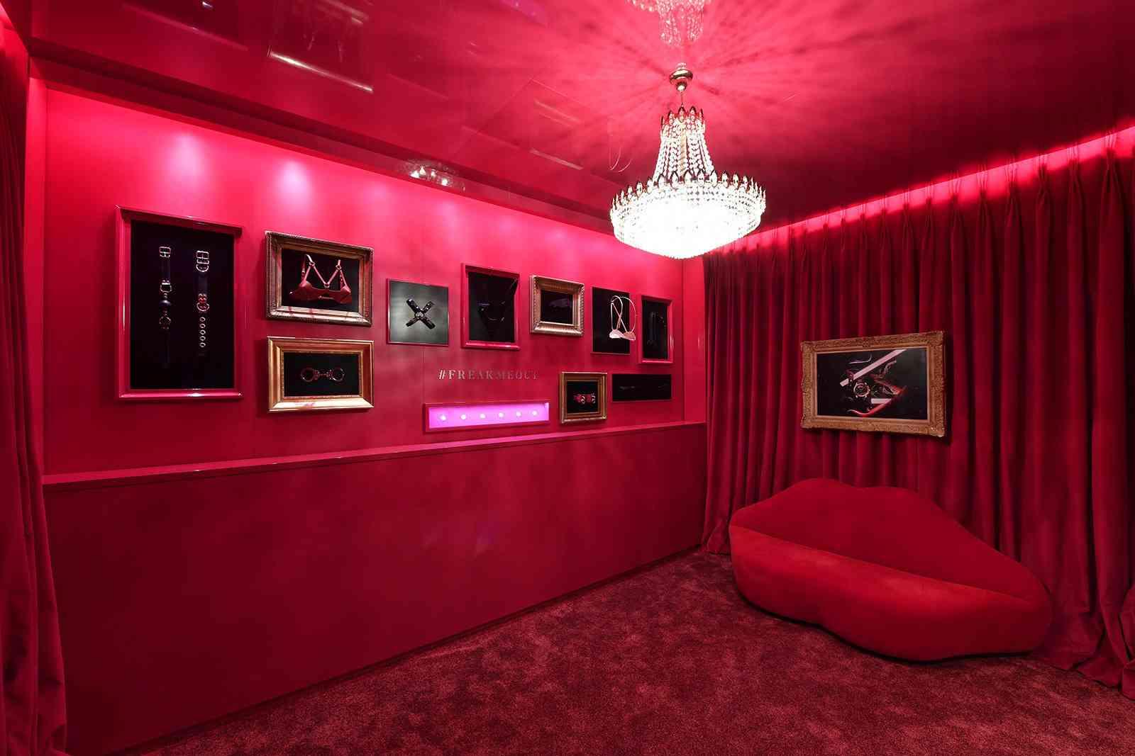 large_un-red-room-maison-close