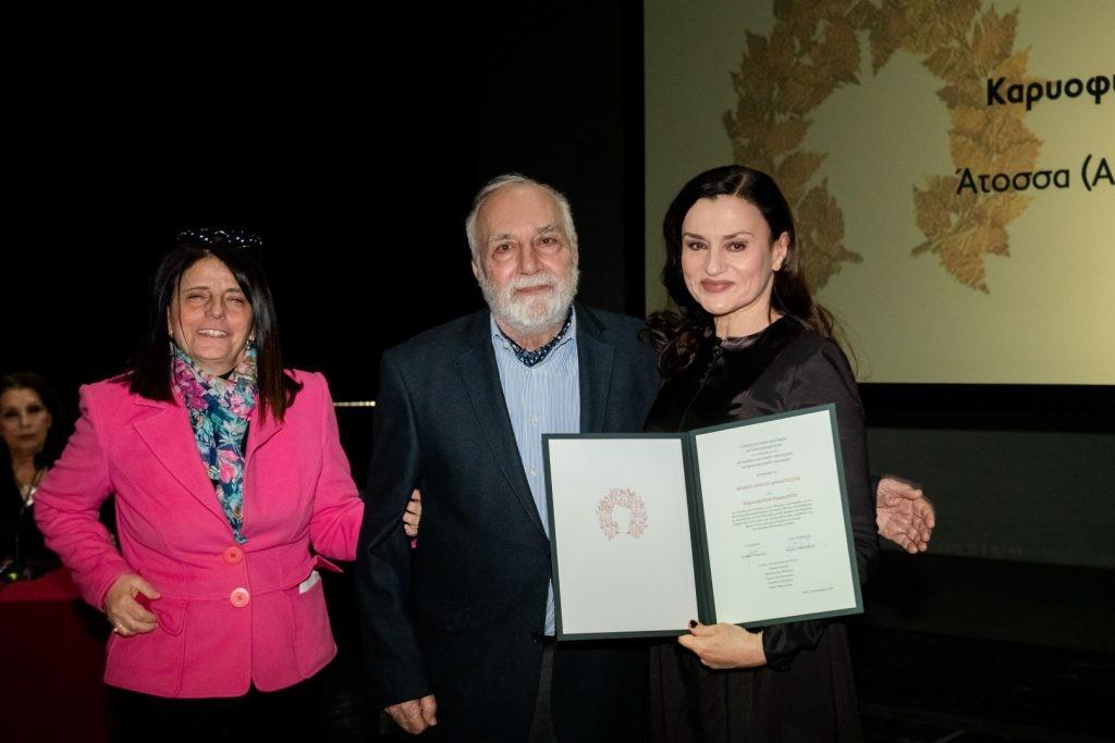 Βραβείο Αρχαίου Δράματος 2018 στην Καριοφυλλιά Καραμπέτη – απονομή από τους κριτικούς Κ. Ραπανάκη και Λ. Πολενάκη.