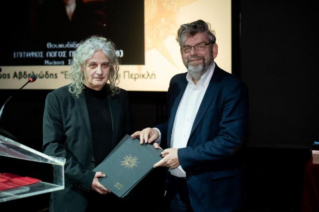 Ο Δήμος Αβδελιώδης παραλαμβάνει το Βραβείο Κ. Κουν από τον Πρόεδρο του ΟΠΑΝΔΑ κ. Κωνσταντίνο Μπιτζάνη