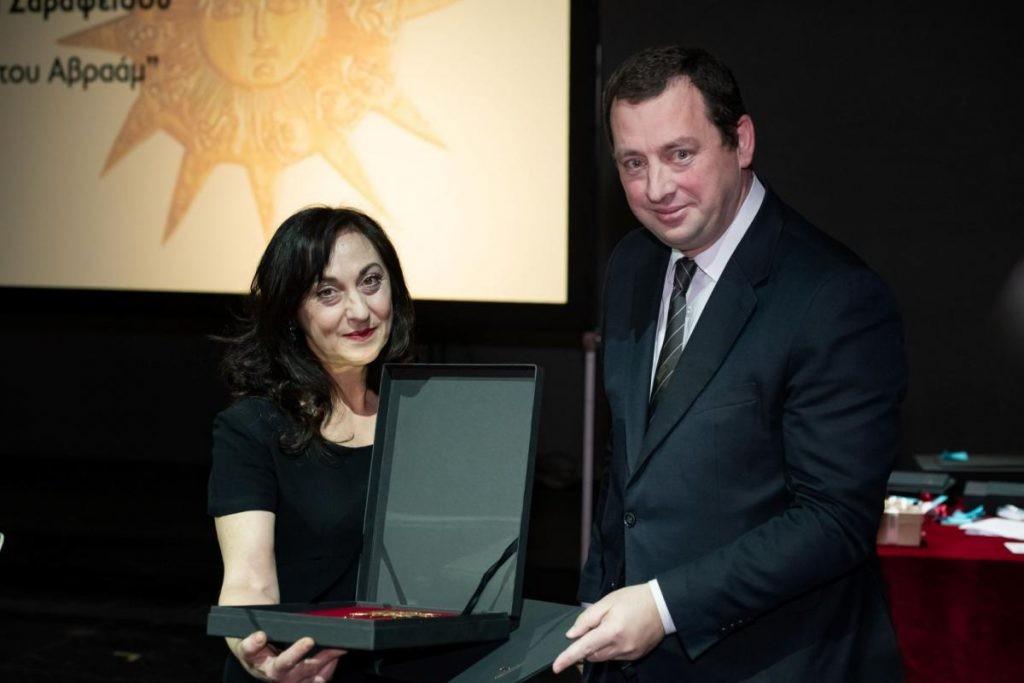 Απονομή του Βραβείου Κ. Κουν Ερμηνείας Ελληνικού Έργου 2018 στη Δέσποινα Σαραφείδου από τον Αντιπρόεδρο του ΟΠΑΝΔΑ κ. Αθανάσιο Τσιούρα