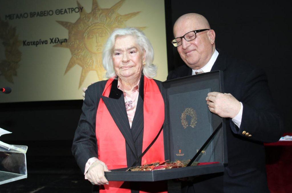 Η Κατερίνα Χέλμη παραλαμβάνει το Μεγάλο Βραβείο Θεάτρου 2018 της ΕΕΘΜΚ [έτος ιδρύσεως 1928] από τον αντιπρόεδρο του ΔΣ κριτικό Κ. Μπούρα